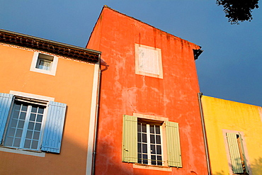 Houses in the ochre coloured village of Roussillon, Natural Regional Park of Luberon, Vaucluse department, Provence Alpes Cote d'Azur region. France.