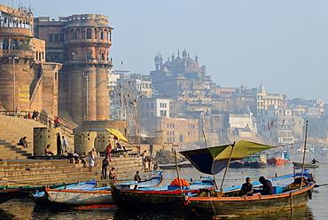 India, Uttar Pradesh, Varanasi, Ganga Mahal Ghat and Aurangzeb Mosque.