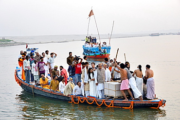 India, Uttar Pradesh, Varanasi, Disciples and followers of deceased guru Satuwa Baba escorting his coffin on the Ganges.