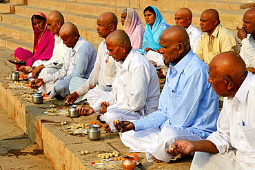 India, Uttar Pradesh, Varanasi, Gay Ghat, Shraddha, Ceremony meant to ensure the peceful voyage of the dead.