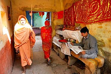 India, Uttar Pradesh, Varanasi, Narrow passageway.