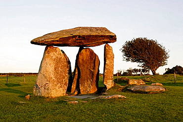 Pentre Ifan, near Newport Bay, Presley Hills, cromlech, Bronze-Age megalithic site dating from at least 4000 B.C, Pembrokeshire, Wales, UK