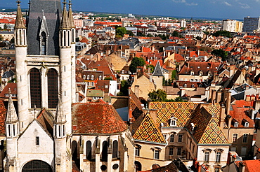 Notre Dame church was built in the 13th century, 17th century Hotel de Vogue on the right, Dijon, Cote d¥Or, Burgundy, France