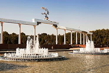 Water fountains and Ezgulik Independence Arch, Independence Square, Mustakillik Maydoni, Tashkent, Uzbekistan.