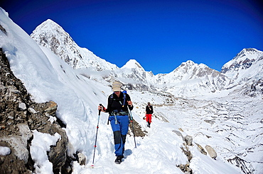 Hikers on Khumbu Glacier, Sagarmatha National Park, the Himalaya range, Khumbu area, Solukhumbu District, Sagarmatha Zone, Nepal