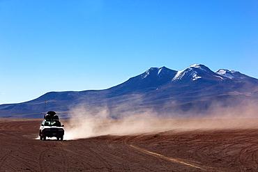 Cross-country vehicle on Salar Uyuni, Salt Desert, Southwest Highlands, Bolivia, South America.