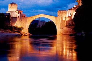 Bosnia-hercegovina, Mostar, old bridge (reconstructed), Stari Most at dusk