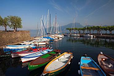 Italy, Veneto, Lake District, Lake Garda, Torri del Benaco, port view, morning