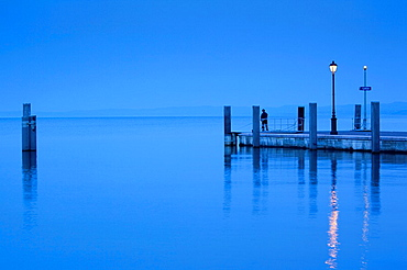 Italy, Veneto, Lake District, Lake Garda, Garda, lakeside pier view, dawn