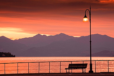 Italy, Piedmont, Lake Maggiore, Stresa, lakefront and mountains, dawn