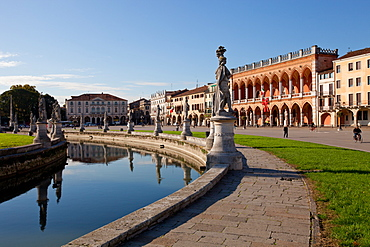 Prato della Valle, a 90000 square meter elliptical square in Padova, the largest square in Italy, Padua, Veneto, Italy, Europe