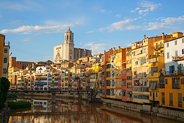 Houses on the River Onyar and Saint Mary Cathedral, Girona, Catalonia, Spain, Europe