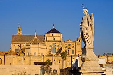 The Roman bridge and the Mezquita Cathedral, UNESCO World Heritage Site, Cordoba, Andalucia, Spain, Europe