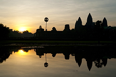 Angkor Wat at sunrise, Angkor Wat Temple complex, UNESCO World Heritage Site, Angkor, Siem Reap, Cambodia, Indochina, Southeast Asia, Asia