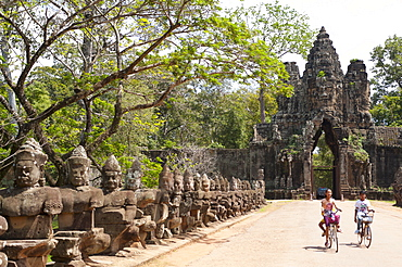 Gate entrance to Angkor Thom with guarding statues,  UNESCO World Heritage Site, Angkor, Siem Reap, Cambodia, Indochina, Southeast Asia, Asia