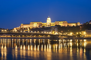 Dawn view of Buda Castle and the Szechenyi Chain Bridge over the Danube River, UNESCO World Heritage Site, Budapest, Hungary, Europe