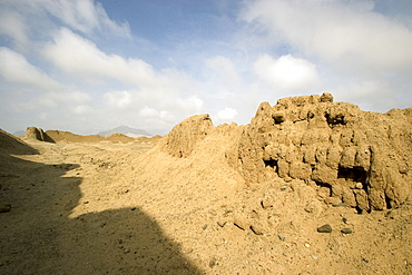 Ruined walls of Chan Chan, pre-Columbian America's largest adobe city and capital of the Chimu Empire until its 14th century conquest by the Incas, Chan Chan, UNESCO World Heritage Site, Moche Valley, Trujillo, Peru, South America
