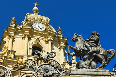 St. George statue at San Giorgio Cathedral (Duomo of Ibla) dating from 1738 in historic Baroque Town, UNESCO World Heritage Site, Ibla, Ragusa, Ragusa Province, Sicily, Italy, Mediterranean, Europe