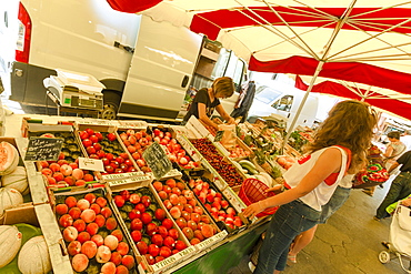 Fruit stall on the popular Saturday market day in this medieval bastide town, Sainte-Foy-la-Grande, Gironde, Aquitaine, France, Europe