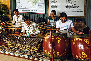 Musicians playing traditional Khmer music in the gift shop and museum area of the Royal Palace, City Centre, Phnom Penh, Cambodia, Indochina, Southeast Asia, Asia