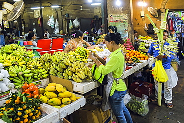 Fruit stall in the Psar Chas Old Market in the centre of Siem Reap, the important north west tourist town, Siem Reap, Cambodia, Indochina, Southeast Asia, Asia