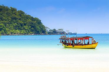 Tourist boat at Saracen Bay on this popular holiday island, Koh Rong Sanloem Island, Sihanoukville, Cambodia, Indochina, Southeast Asia, Asia
