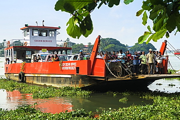 Arrival to the Kochi waterfront of the busy Fort Cochin to Fort Vypin car and passenger ferry, Kochi (Cochin), Kerala, India, Asia