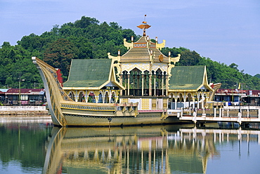 Ornamental island in the lake at the Omar Ali Saifuddin Mosque in Bandar Seri Begawan, capital of Brunei Darussalam, Southeast Asia, Asia