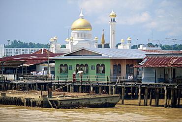 The Omar Ali Saifuddin Mosque beyond stilt houses on the Brunei River in Bandar Seri Begawan, capital of Brunei Darussalam, Borneo, Southeast Asia, Asia