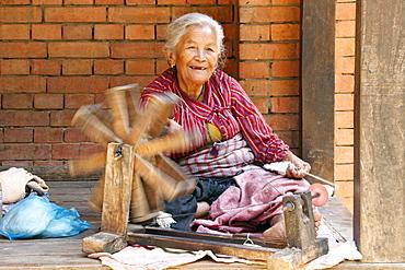 Old woman spinning wool, Bhaktapur, Nepal, Asia