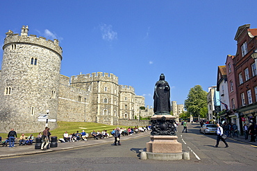 Visitors and tourists outside Windsor Castle, Windsor, Berkshire, England, United Kingdom, Europe