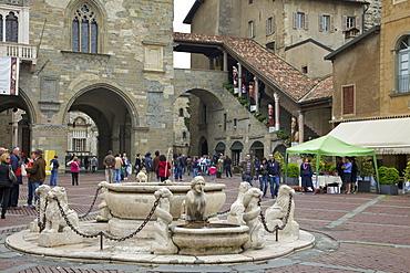 Contarini fountain, 1780, Piazza Vecchia, upper city, Bergamo, Lombardy, Italy, Europe
