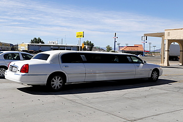Stretch limousine series LNS, gas station, motorway station, California, USA, North America