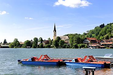 View over Schliersee Lake, Parish Church of St. Sixtus, Upper Bavaria, Bavaria, Germany, Europe