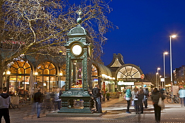 Kroepcke meeting place in the evening, Kroepcke Uhr clock, Hannover, Lower Saxony, Germany, Europe