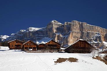Wooden houses in front of Mt. Heiligkreuzkofel, Fanes mountains, Fanes-Sennes-Prags Nature Park, Val Badia, Alta Badia, Dolomites, South Tyrol, Italy, Europe