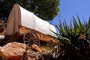 Old covered wagon converted into a hotel room, Arizona, USA, America