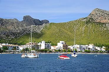 Boats anchored in a bay, mountains at back, Puerto de Pollensa, Port de Pollenca, Mallorca, Majorca, Balearic Islands, Mediterranean Sea, Spain, Europe