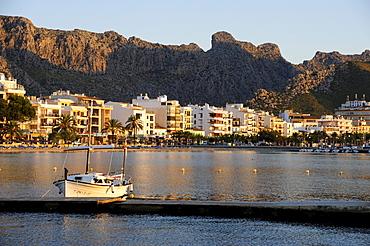 Boat in the bay, mountains at back, Puerto de Pollensa, Port de Pollenca, Majorca, Balearic Islands, Mediterranean Sea, Spain, Europe