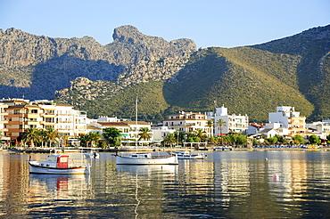 Boats in the bay, boulevard and mountains in the back, Puerto de Pollensa, Port de Pollenca, Majorca, Balearic Islands, Mediterranean Sea, Spain, Europe