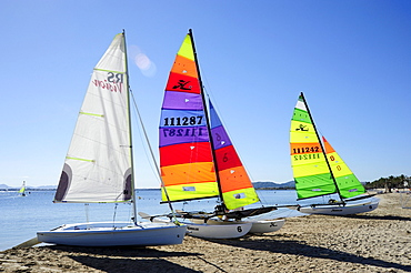 Sailing boats on the beach, sailboats in the bay of Puerto de Pollensa, Port de Pollenca, Majorca, Balearic Islands, Mediterranean Sea, Spain, Europe