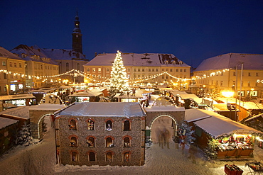 Christmas market in front of city hall, overlooking the market with the Marienkirche church, Grossenhain, Saxony, Germany, Europe
