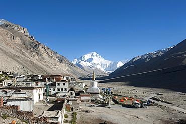 Tibetan Buddhism, Rongbuk Monastery, white stupa, Mount Everest, base camp north side, the Himalayas, central Tibet, U-Tsang, Tibet Autonomous Region, People's Republic of China, Asia