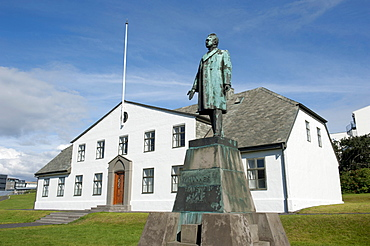 Statue of Hannes Hafstein in standing front of the Prime Minister's house, first Icelandic Prime Minister, Stjornarrashusi, Laekjartorg, town centre, Reykjavik, Iceland, Scandinavia, Northern Europe, Europe