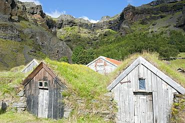 Old sheds with sod or turf roofs underneath mountainside, Nupsstaur, Nupstadur, Iceland, Scandinavia, Northern Europe, Europe