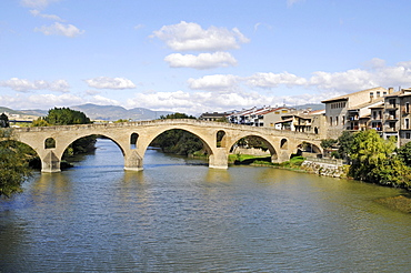 Romanica puente bridge over the Arga river, Camino de Santiago or the Way of St James, Puente la Reina, Pamplona, Navarra, Spain, Europe