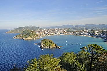 Mt Monte Urgull, Santa Clara, small island, La Concha, bay, beach, view from Mt Monte Igueldo, San Sebastian, Pais Vasco, Basque Country, Spain, Europe