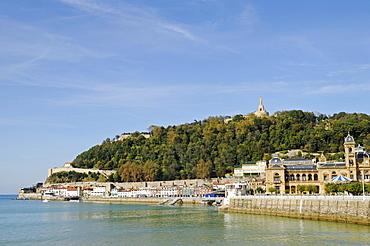 Waterfront, harbour area, Mt Monte Urgull, San Sebastian, Pais Vasco, Basque Country, Spain, Europe