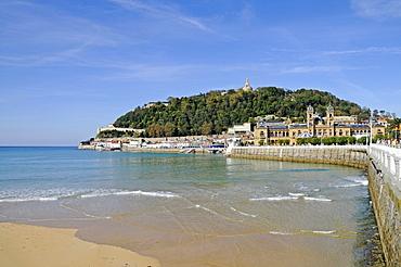 La Concha Bay, beach, waterfront, harbour area, Mt Mounte Urgull, San Sebastian, Pais Vasco, Basque Country, Spain, Europe