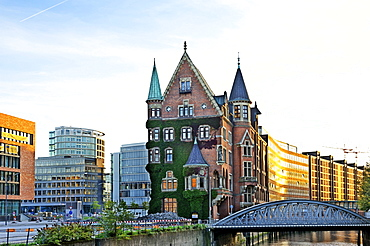 Warehouse Block O in the Speicherstadt warehouse district and new buildings in HafenCity in Hamburg, Germany, Europe